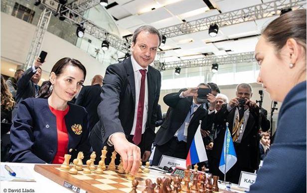 FIDE President Arkady Dvorkovich makes the first move for Kateryna Lagno of Russian against Zhansaya Abdumalik of Kazakhstan. Photo credit David Llada.