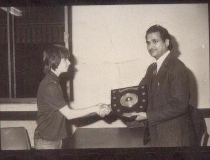 Richard Polaczek receives his prize from former Chairman of Kenya Chess Association MG Sharma. Photo credit Aslam Adam of UK