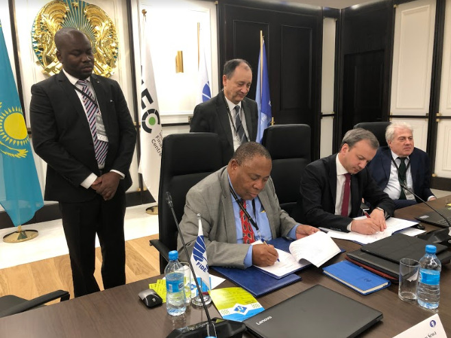 African Chess Confederation President Lewis Ncube signs the agreement with FIDE President Arkady Dvorkovich in Astana.