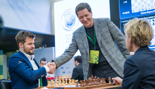 Alexander Zhukov greets World Champion Magnus Carlsen.