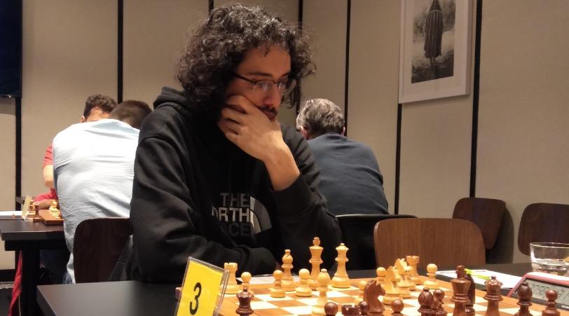 GM Asis Hipolito board 3 for L'Escola D'Escacs De Barcelona. Photo credit Kim Bhari.
