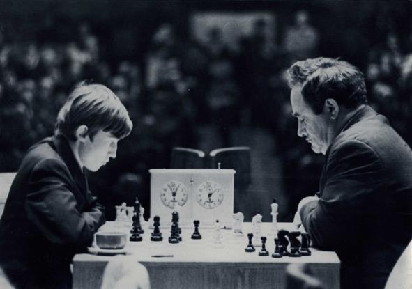 Efim Geller v. Anatoly Karpov (right), 39th USSR-ch, Leningrad 1971. (Photo source httpe3e5.com.)