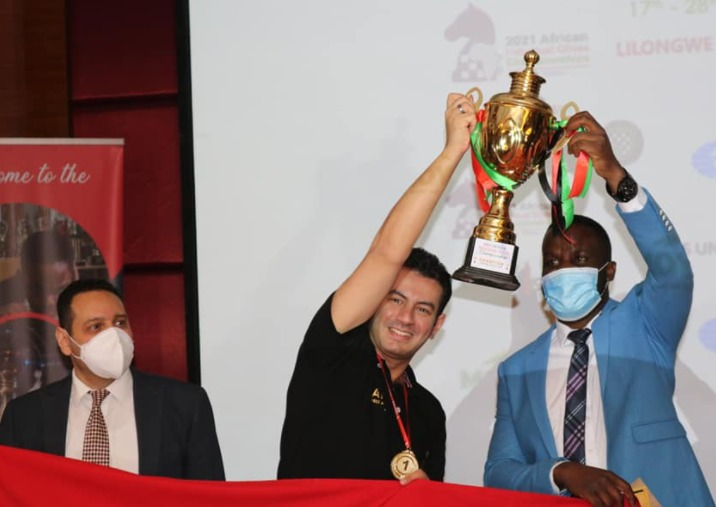GM Ahmed Adly receives his trophy from Malawi Minister for Youth Sports and Culture Honourable Ulemu Msungama.