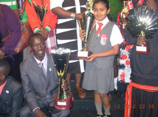 Sharanya Iyengar holding her trophy poses with two times Olympic 3,000 m Steeplechase Gold Medalist Ezekiel Kemboi at the SOYA awards